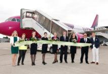 Wizz Air Maschine und Team bei Erstflug ab Dortmund