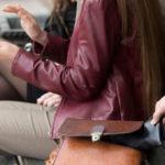 Zwei Frauen auf einer Bank am Bahnhof und Taschendieb
