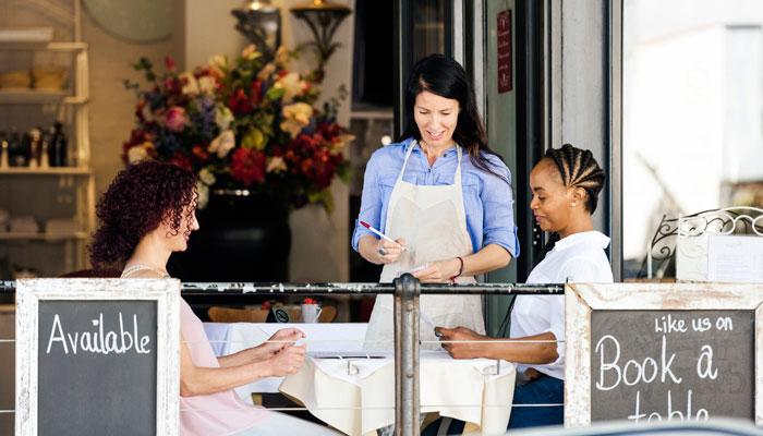 Zwei Frauen sitzen im Restaurant