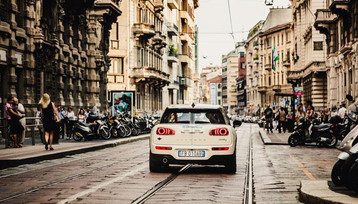 Mini von Drive Now auf Straße in Mailand
