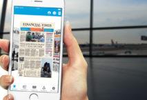 Frauenhand mit Smartphone, auf dem KLM Media App angezeigt wird