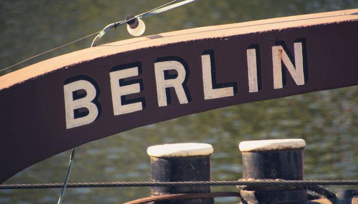 Schiff mit Berlin-Schild