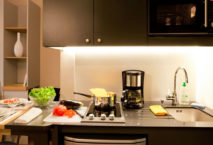 Kitchenette in einem Serviced Apartment im Adagio Access München City Olympiapark