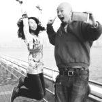 Chinesisches Paar hüpft vor Freude