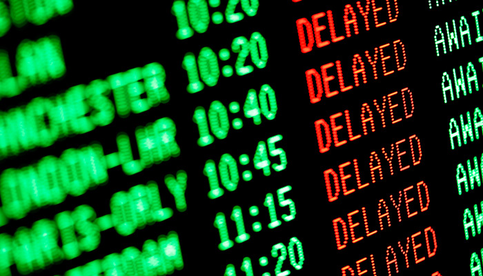 Abflug Tafel am Flughafen mit dem Wort Delayed