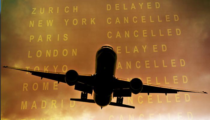 Flugzeug im Flug mit Anzeigetafel im Hintergrund
