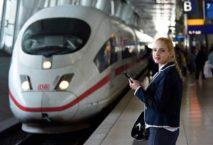 Bahnreisende mit Smartphone