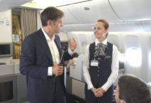 Dr. Mehmet Oz auf auf Flug TK1 von Istanbul nach New York. Foto: Turkish Airlines