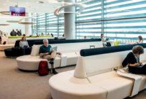 Die Premium-Lounge von TAP mit Blick auf das Vorfeld. Foto: TAP Portugal