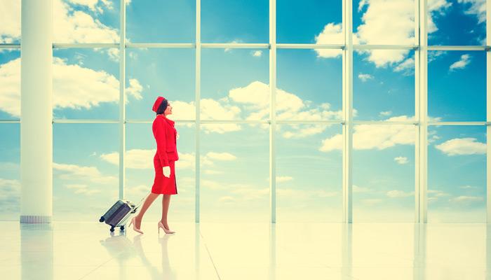 Stewardess im roten Kleid