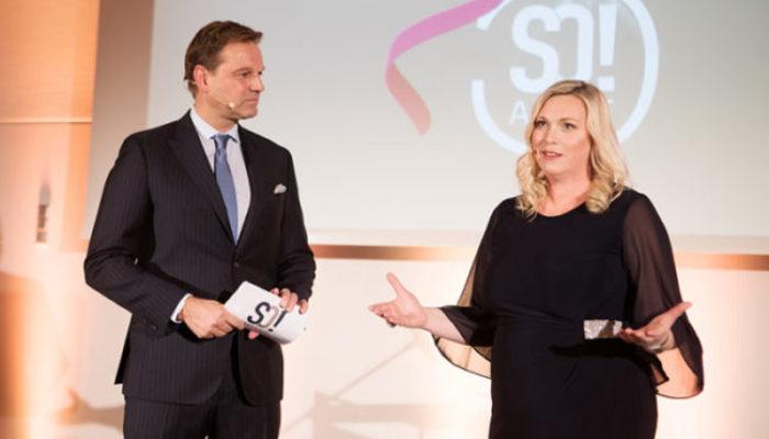 Moderator Kai Böcking mit Anett Gregorius, Inhaberin und Gründerin von Apartmentservice. Foto: Julia Baumgart – SO!APART 2017