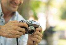 Mann mit Kompaktkamera