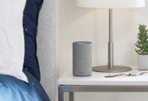 Alexa Amazon Echo auf Nachttisch