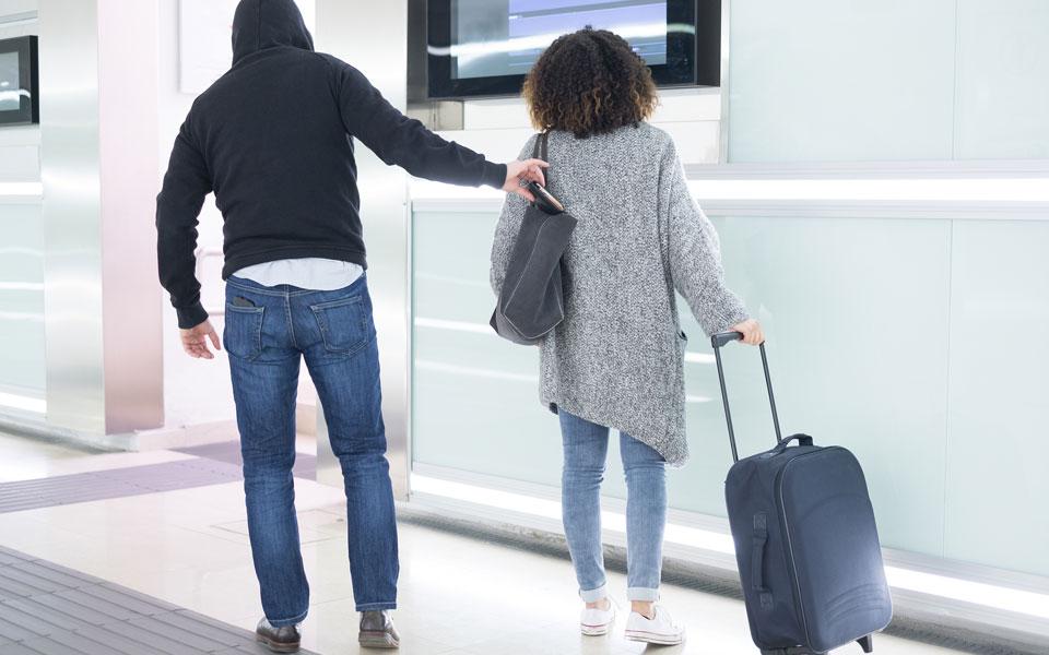 Mann beklaut Frau am Flughafen