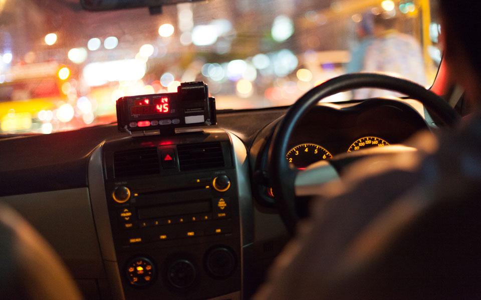 Cockpit Taxi bei Nacht
