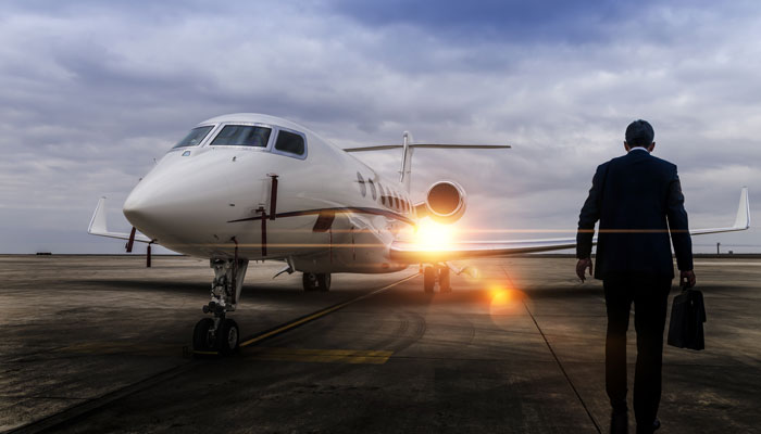 Business Traveller vor Privatjet