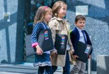 Drei Kinder mit Aktenordnern