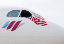 Eurowings-Maschine mit USA-Flagge aus Cockpit-Fenster