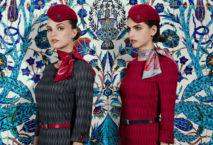 Zwei Models mit den neuen Uniformen der Turkish Airlines