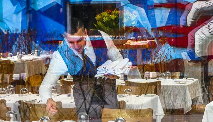 Kellner richtet den Tisch