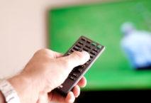 Fernseher mit Golfturnier und Fernbedienung