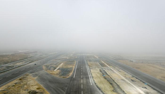 Neuer Flughafen Istanbul Landebahn im Nebel; Foto: iStock.com/aerialcamturkey