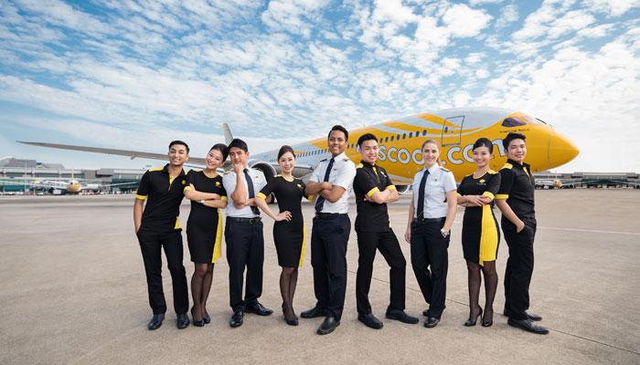 Scoot-Mitarbeiter posieren vor einem Dreamliner. Foto: Scoot