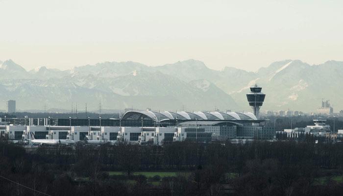 Flughafen München vor Alpenkulisse