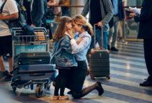 Frau empfängt kleine Tochter am Flughafen; Foto: © Peter Funch/SAS