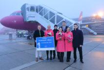 Guido Miletic, Leiter Marketing & Sales, begrüßte die Crew von Wizz Air zum Erstflug auf dem Vorfeld. Foto: © Dortmund Airport, Hans-Jürgen Landes