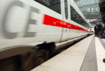 ICE fährt auf Bahnsteig ein; Foto: iStock.com/justhavealook