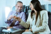 Mann und Frau stoßen an in einer Maschine der El Al; Foto: El Al