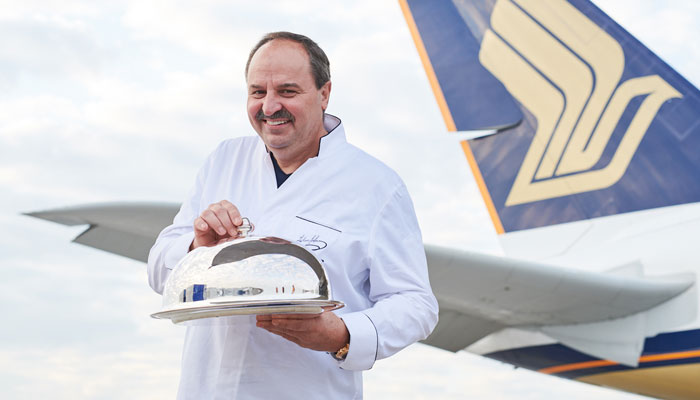 Johann Lafer vor SIA-Maschine; Foto: Singapore Airlines