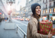 Junge Frau mit Weihnachtsgeschenken; Foto: iStock.com/Tempura
