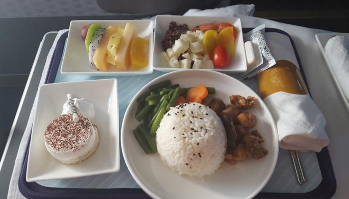 Bordmahlzeit in der China Eastern auf der Strecke Singapur – Shanghai; Foto: Kai Böcking