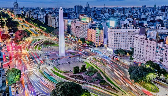 Blick auf die Avenida 9 de Julio in Buenos Aires. Foto: iStock.com/Grafissimo