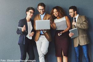 Menschen unterhalten sich; Foto: iStock.com/PeopleImages
