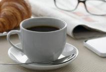 Kaffeetasse neben Croissant; Foto: iStock.com/WDnet