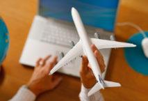 Mann mit Notebook und Flugzeugmodell; Foto: iStock.com/horstgerlach