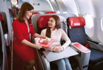 Air Asia-Flugbegleiterin serviert Essen; Foto: Air Asia