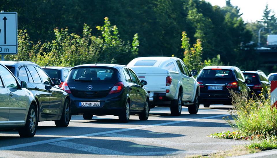 Stau in Düsseldorf; Foto: iStock.com/justhavealook
