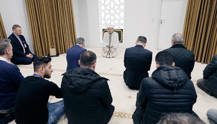 Gläubige beim Gebet im neuen ebetsraum für Muslime im Terminal 2 des Fraport. Foto: Fraport AG