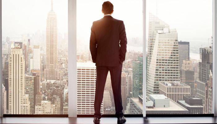 Mann blickt auf Manhattan; Foto: iStock.com/Orbon Alija