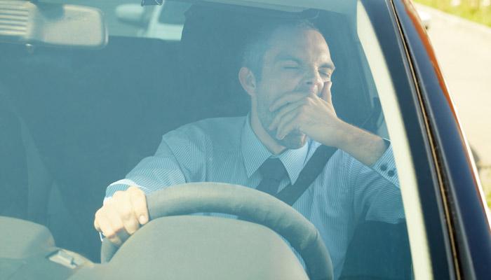 Gähnender Autofahrer; Foto: iStock.com/mediaphotos