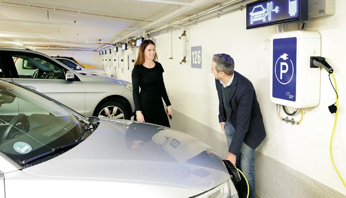 Frau und Mann an E-Tankstelle am Fraport; Foto: Fraport AG