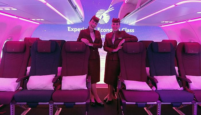 Zwei Flugbegleiterinnen in der neuen Economy Class der Qatar Airways; Foto: BUSINESS TRAVELLER