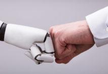 Roboter und Geschäftsmann fausten sich zu; Foto: iStock.com/AndreyPopov
