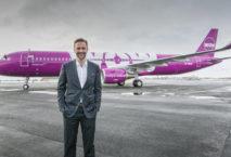 Wow Air-Gründer Skúli Mogensen vor einer seiner Maschinen. Foto: Wow Air