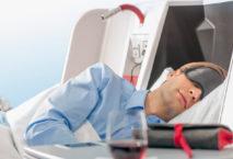 Schlafender Mann in der Business Class der Austrian Airlines; Foto: Austrian Airlines