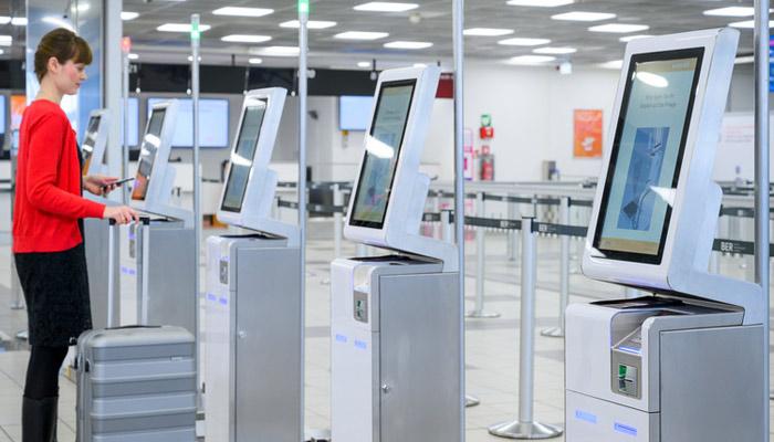 Self-Service-Kioske in Berlin-Schönefeld: Passagiere der Easyjet können hier bereits ihr Gepäck aufgeben. Foto: © Günter Wicker / Flughafen Berlin Brandenburg GmbH
